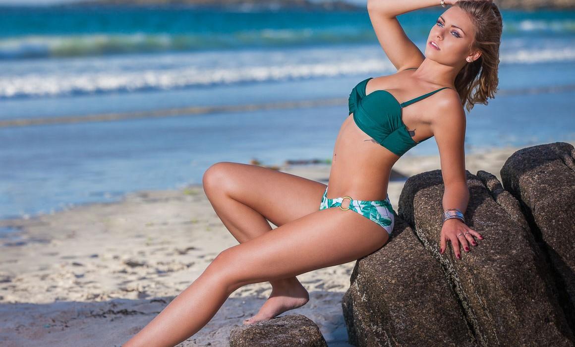 Jeune fille à la plage de tréompan