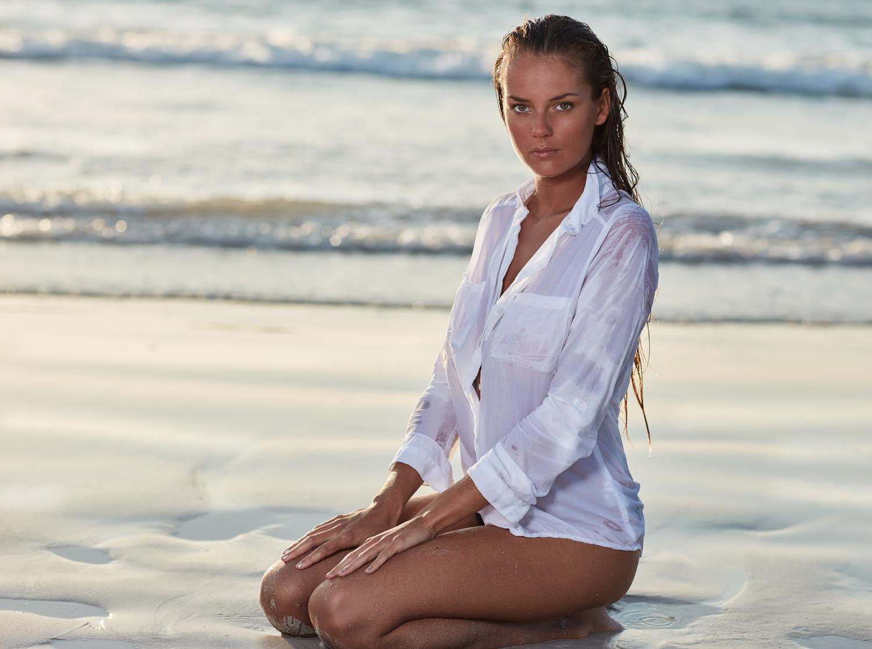 seance photo plage avec océane à genoux sur la plage de Tréompan